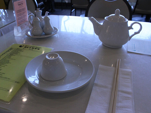 テーブルとティーセット