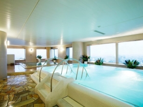 ガラス張りの大浴場