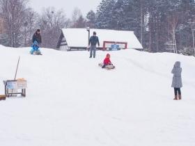 竹スキーや木製のそりで遊ぶのも新鮮な体験