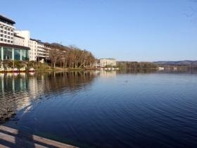 阿寒湖のほとりに建つ旅館