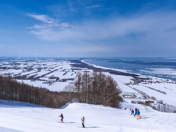 海の見えるスキー場