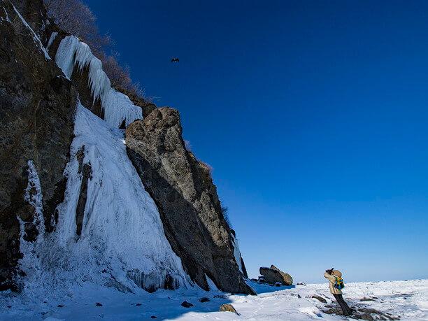 断崖を見上げる