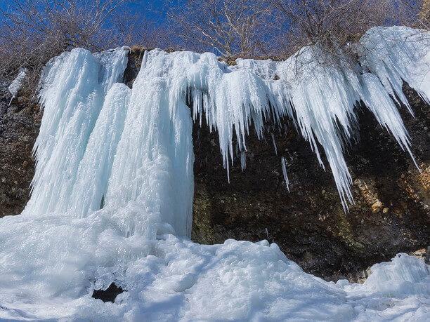 凍り付く滝