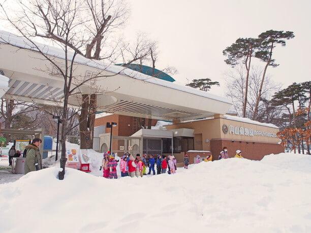 スノーフェスティバルを待っている子供たち