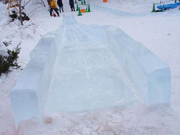 氷だけで造られたすべり台