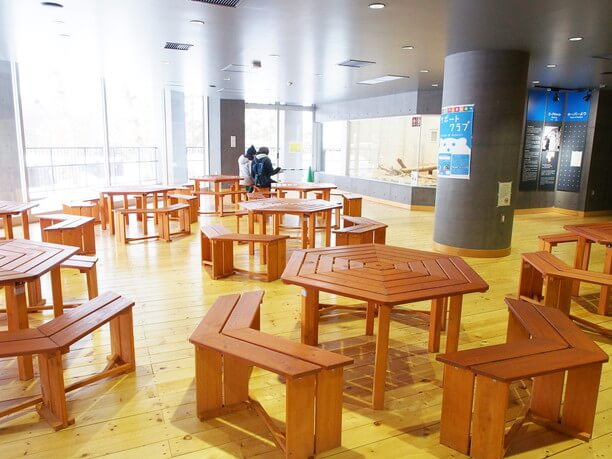 アフリカゾーンのキリン館2階にあるカフェ店内