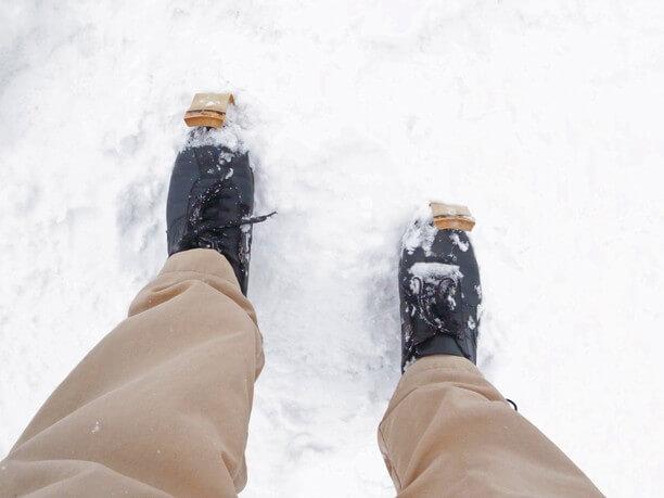 竹の曲がった部分を靴先に引っ掛けて雪の上を滑る道具