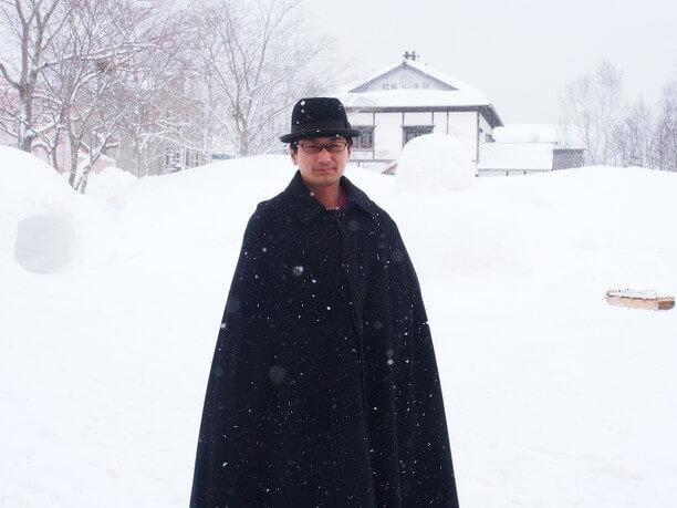 黒い山高帽にマント