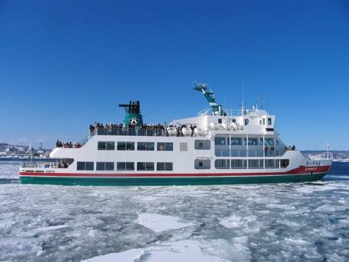 流氷の中を進む