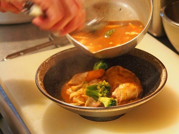たっぷりの野菜と一緒に注がれるスープカレー