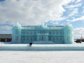 大きな氷の建物