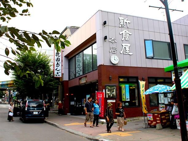 西側の入口「寿司屋通り」