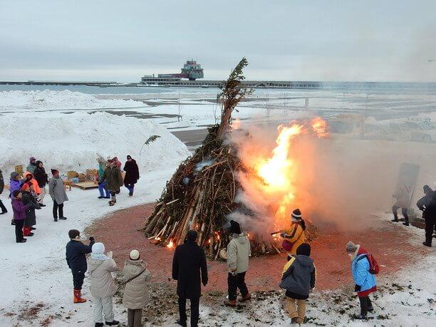 野外で陶器を焼く流氷野焼き