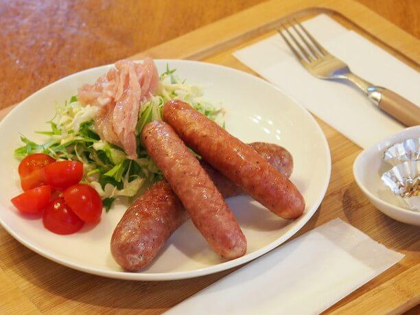 食べ比べが楽しいソーセージ3種類に、生ハムのような食感のロースベーコン