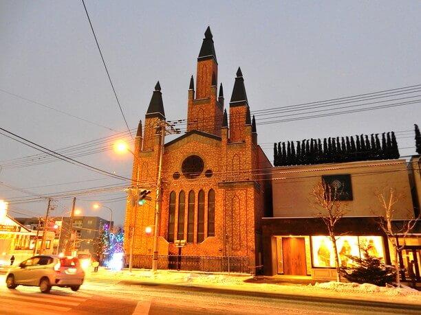 三つの塔がそびえる宮の森フランセス教会
