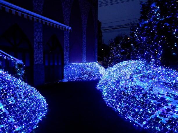 教会を美しく飾る冬限定のゴージャスな光の庭