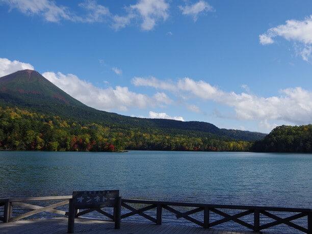 見る時間や場所によってその色合いを変える湖、別名「五色沼」と呼ばれるオンネトー