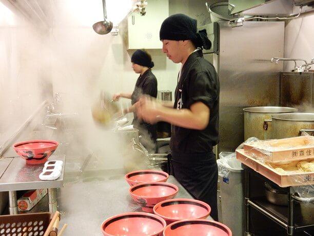 沸騰した湯で1分ほど茹で上げられる麺