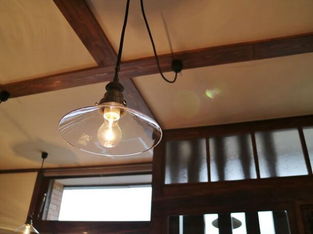 アンティークな裸電球の照明