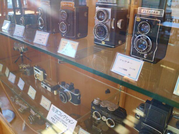 写真家から寄贈されたおよそ200台のカメラ