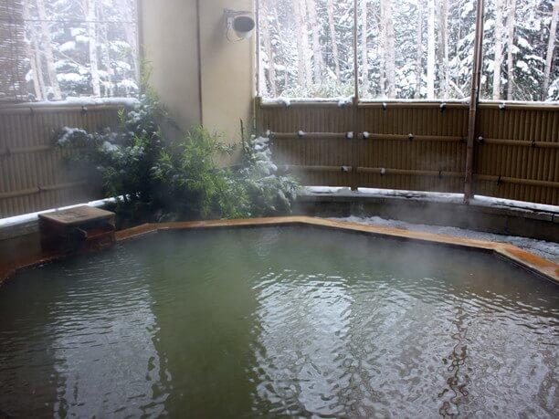 森の風景が眺められる露店風呂