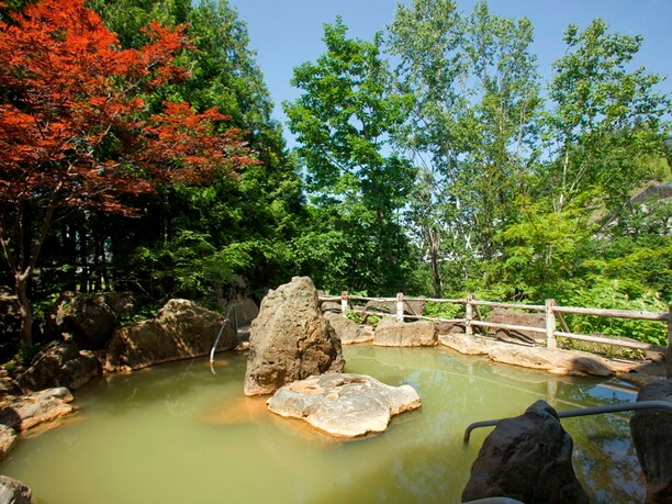 大きな岩を効果的に使った野趣あふれる露天風呂