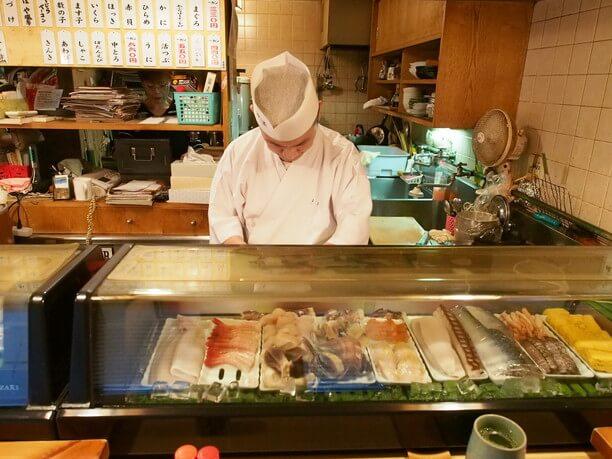 美味しい寿司を作ることに専念する職人さん