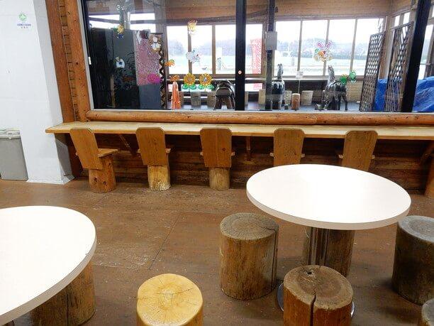 ベンチやテーブルが用意されたテラス席