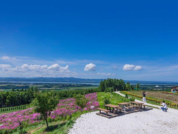 花畑の向こうに広がる美しい丘や畑や網走湖