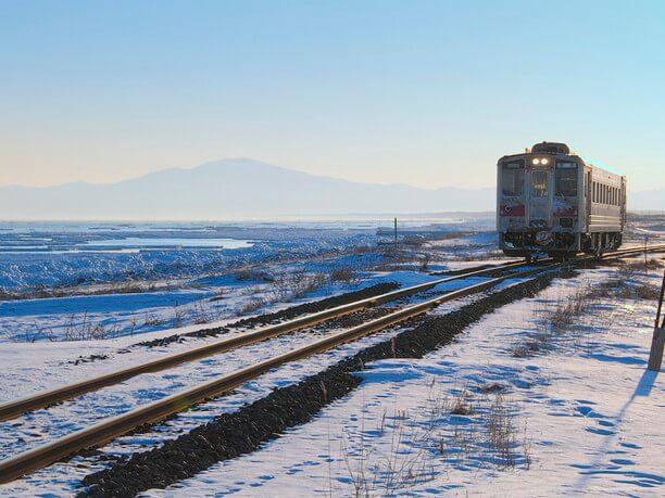 美しい大自然のなかを走る電車