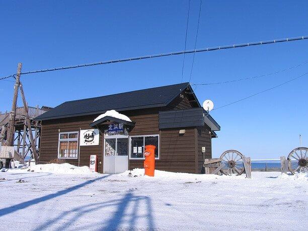 オホーツク海に面した立地と小さな駅舎