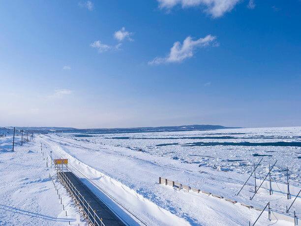 正面に広がる流氷に覆われたオホーツク海