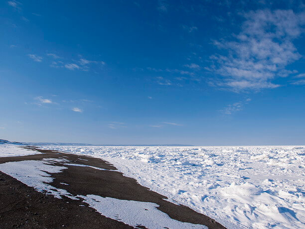 青い海に漂う白く美しい流氷