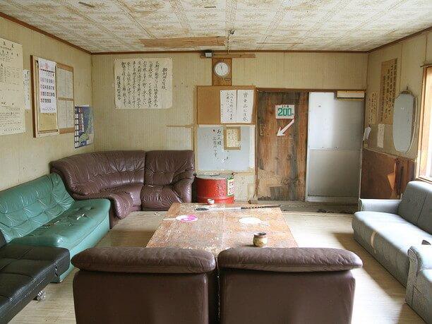 大きなソファーが並ぶ広い休憩室