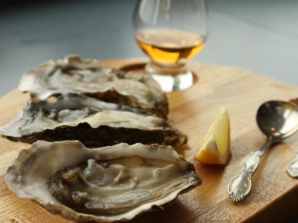 生牡蠣にウィスキーを垂らして食べるメニュー