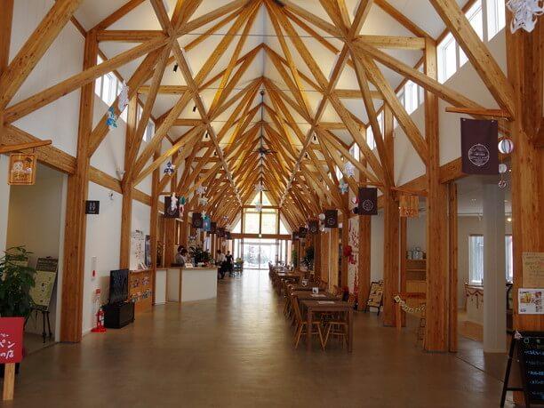 木のぬくもりが感じられる内装と高い天井