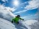 青空の下でスキー