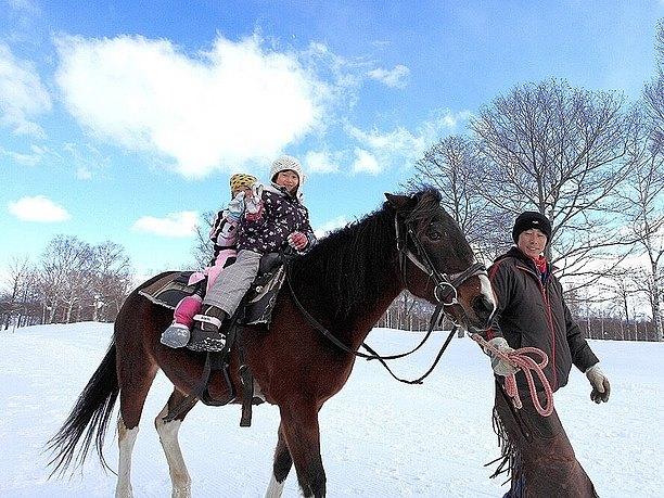 雪の上を乗馬