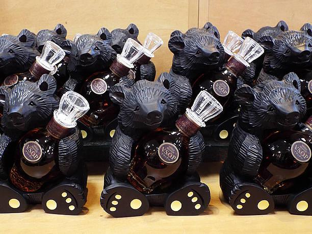 熊が抱えるミニボトル