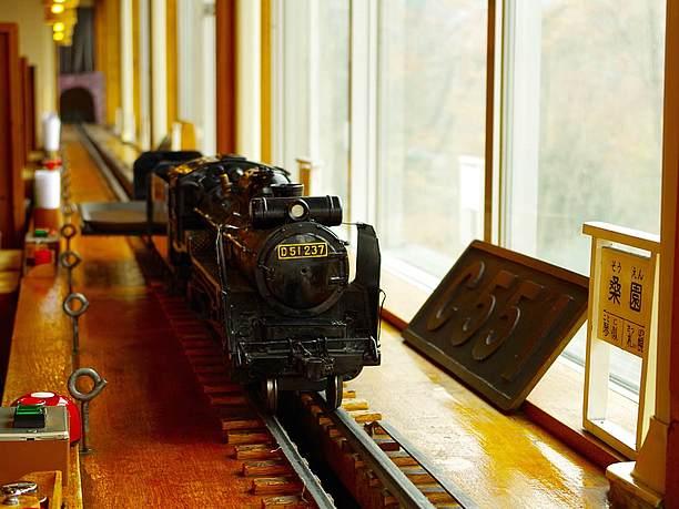 機関車が料理を運ぶ