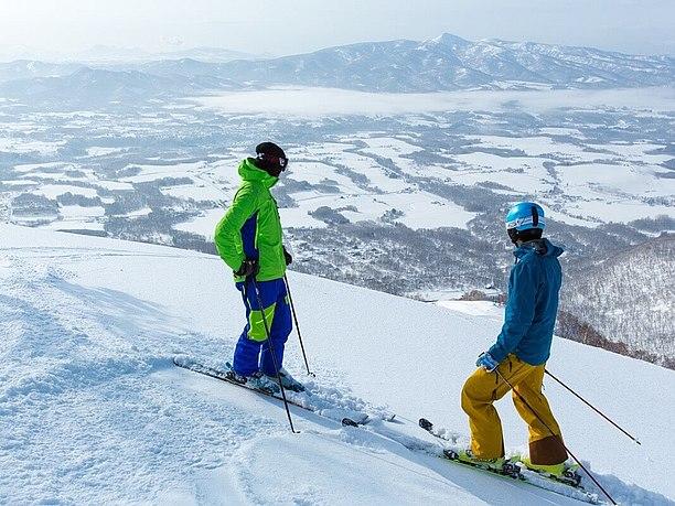 スキーをしている2人