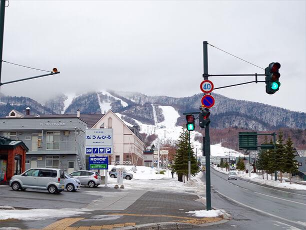 遠くから見る富良野スキー場