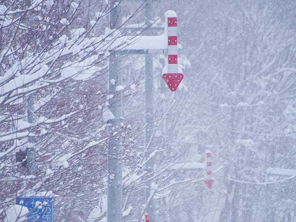 雪道の目印の矢羽根