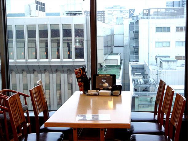 窓辺のテーブル席