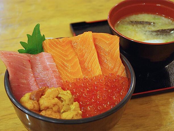 新鮮なネタを使った海鮮丼