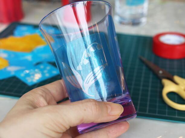 模様のカッティングシールを貼ったグラス