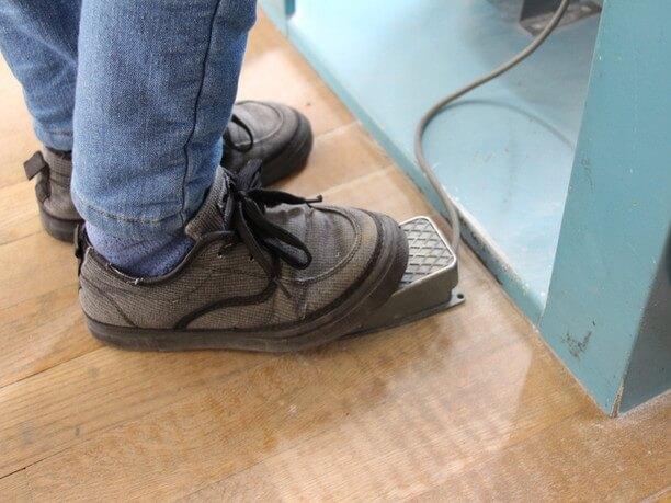 足ペダルで砂のかかり具合を調節