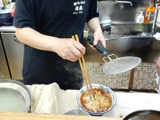 スープに投入された麺