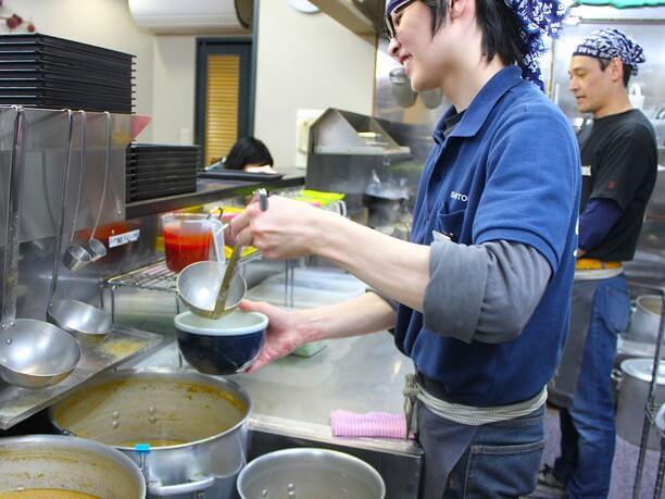 手作りしたスープをついでいる様子