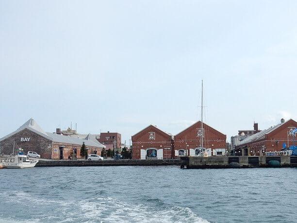 赤レンガ倉庫と海